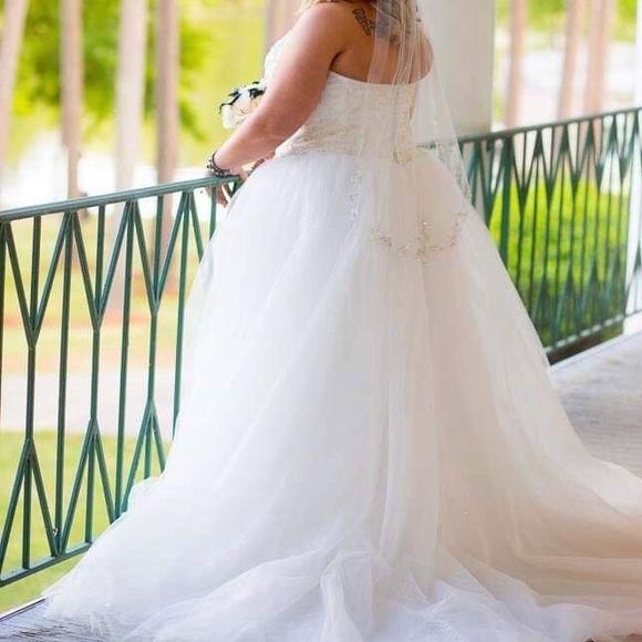 Vera Wang Dresses & Skirts - Wedding gown